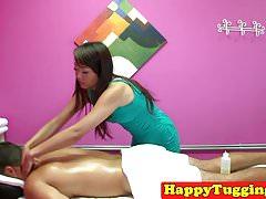 Zerrende asiatische Masseurin bei hiddencam