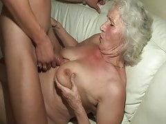 La primera vez que se folla a una abuela caliente!