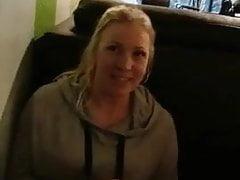 Amateur Schlampe masturbiert im Café