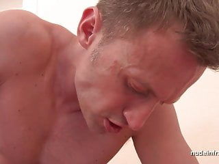 豐滿的法國寶貝深肛門搗爛和雙拳性交