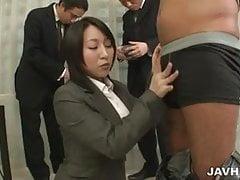 Yuuna Hoshisaki obsluhovala její nadřízené potřeby šéfů