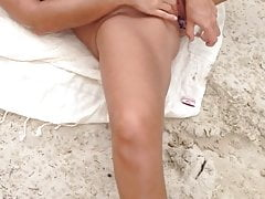 Kissmyx and sunnyherb - masturbation sur la plage