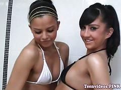 Adolescente lesbica del bikini che mangia pussy in doccia