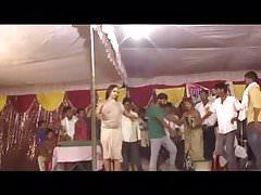 Indischer Tänzer auf der Bühne, der Brüste und Pussy zeigt