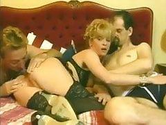 Schlampe Frau spielt mit zwei Kerlen und Arsefucks