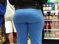 Statua w kapturze w supermarkecie