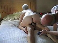 Il marito si diverte a guardare sua moglie