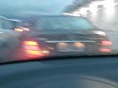 Angelica mamuśki sexy pokazujące piersi w dekolcie w samochodzie