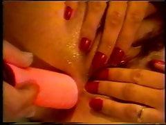 Una testa rossa e arrapata allarga la sua figa stretta e bagnata