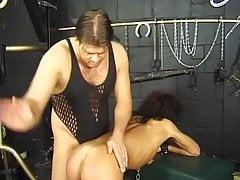 Il severo padrone dà alla sua schiava una punizione arrapata