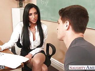 豐滿的性教師Jaclyn Taylor在課堂上受到驚嚇