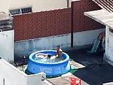Pillados follando en la piscina del balcon