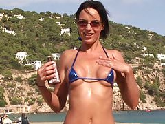 Hot Beach Babe im Micro Bikini