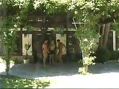 Krásná žena a dva šťastní nahá muži tančí (CFNM)