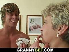 Heiß aussehender Kerl schlägt alte Oma