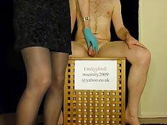 Femdom emette consigli sull'igiene esilarante per i maschi nella castità