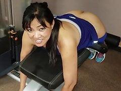 Asijské MILF v tělocvičně