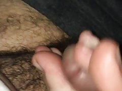 Footjob fille blanche dans un parking