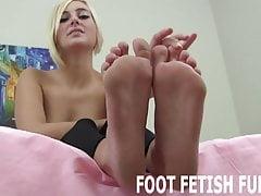 Uwielbiam to, kiedy faceci liżą moje stopy