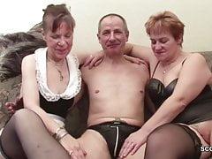 Deux grand-mère allemandes dans un casting porno avec un grand-père étranger