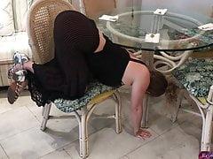 Belle mère coincée sous la table - Erin Electra