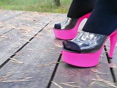 Lady L mit rosa Maultieren spazieren.