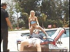 Un vieux mec lèche la chatte serrée de l'adolescent au bord de la piscine