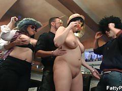 Chubby party girls se desnudan en el bar de bbw