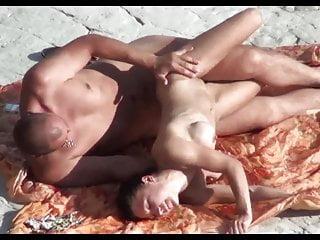 偷窺公共海灘性與硅膠胸部的女孩