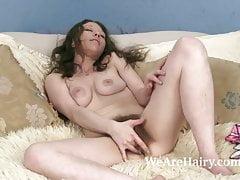 Cara Banx legt sich zurück, um im Bett zum Orgasmus zu kommen