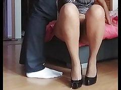 Cum auf Beige Patern Strümpfen und Schwarzen High Heels
