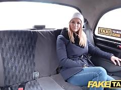 Falsa belleza checa de taxi con buen coño apretado y afeitado