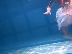 Bulava Lozhkova z czerwonym krawatem i spódnicą pod wodą