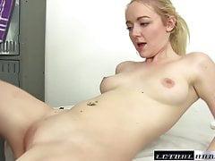 Jovem estrela porno iris rose massaged e fodido facial