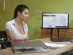 Brudny seks analny celowo pomaga busty brunetce zdobyć gotówkę
