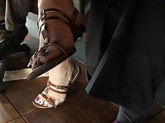 Collègue pieds francs en sandales à lanières!