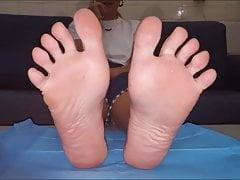Vera przenosi swoje seksowne stopy (rozmiar 39)