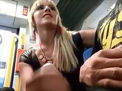 fidanzata fiduciosa dà pompino fidanzato nervoso sul bus