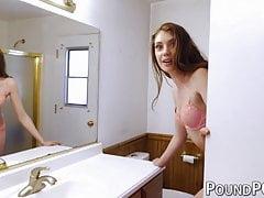 18-letnia piękność Elena Koshka ssie kutasa przed uderzeniem przez oszusta