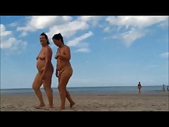 2 donne in nudità frontale completa sulla spiaggia