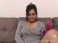 Indiano Gorgeous Lady Lily con un grosso dildo Masturbating