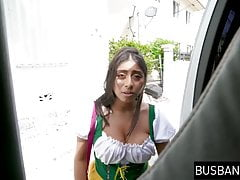 Latina Teenie mit wunderschönen Melonen abgeholt und gerammt