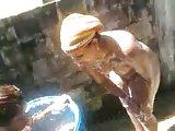 banhandose en un barril