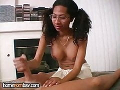 Ebony dziwka w okularach szarpie kutasa 1