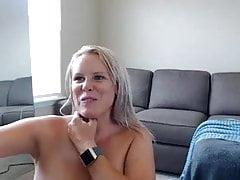 Amateur Valia blinkt Titten auf Live-Webcam