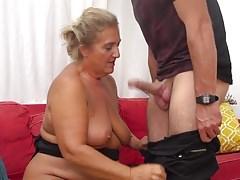 Abbronzata GILF seduce il giovane fortunato nonnetto stronzo