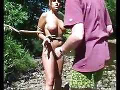 Sara en Bondage en un río y en un árbol