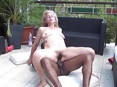 Abuela follada en el balcón