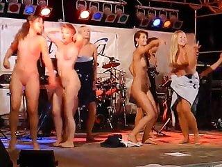 在舞台上裸體跳舞