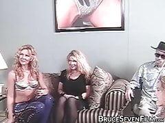 Zmysłowe lesbo babes drażni się przed przyjemnością doustną